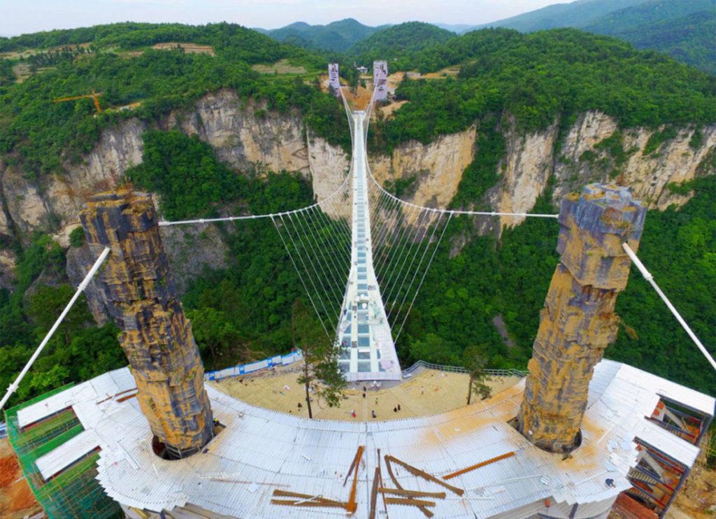 Самый длинный и высокий стеклянный мост в Китае