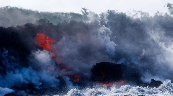 Лава гавайского вулкана Килауэа достигла океана